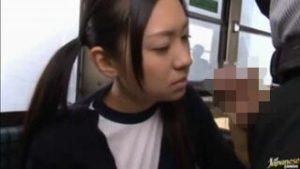 【JKバス露出】バスの中で居眠りしてたツインテール体操服JK小倉奈々にデカチンを見せつける男はそのまま車内でエッチしてしまったのだ