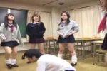 【JKおなら】大勢の制服jkたちがM男くんにおならを浴びせて遊んでますよ…でも女教師のスカシッペが一番臭かったみたいだねえ…まあ楽しそうなんでいいんですけど